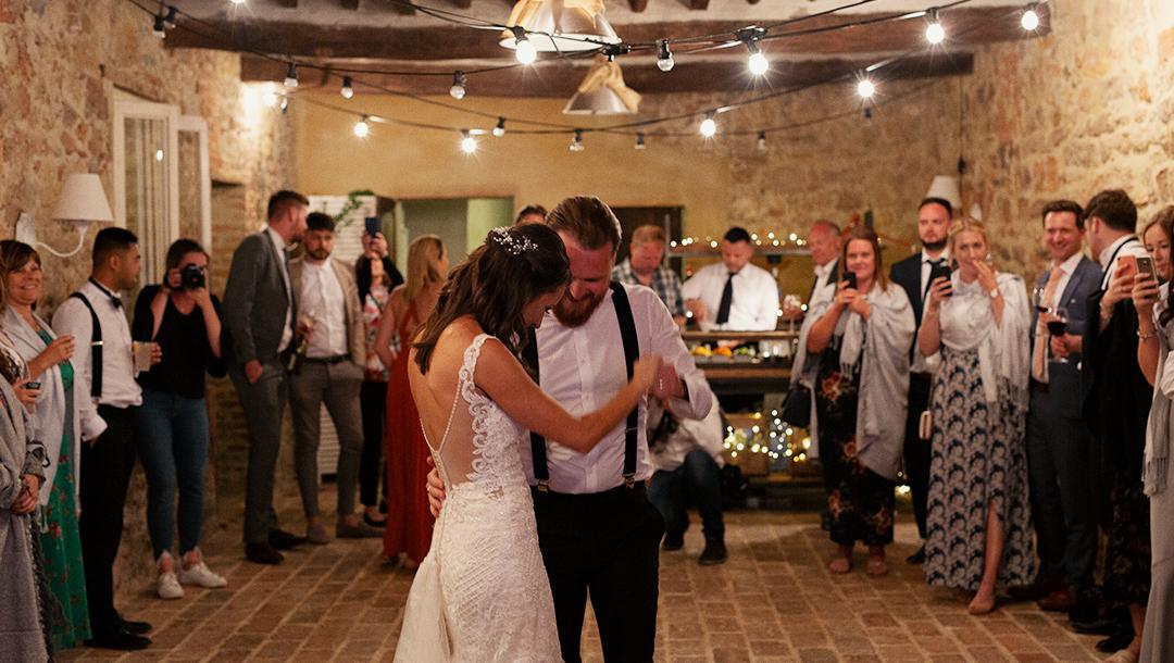 coppia di sposi durante il ballo